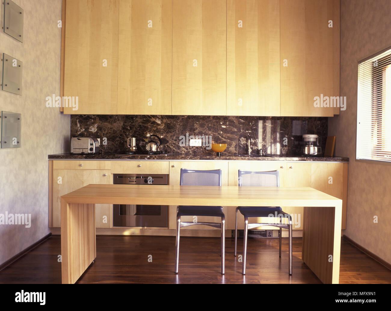 Mesa de comedor de madera y metal en sillas cocina minimalista Foto ...