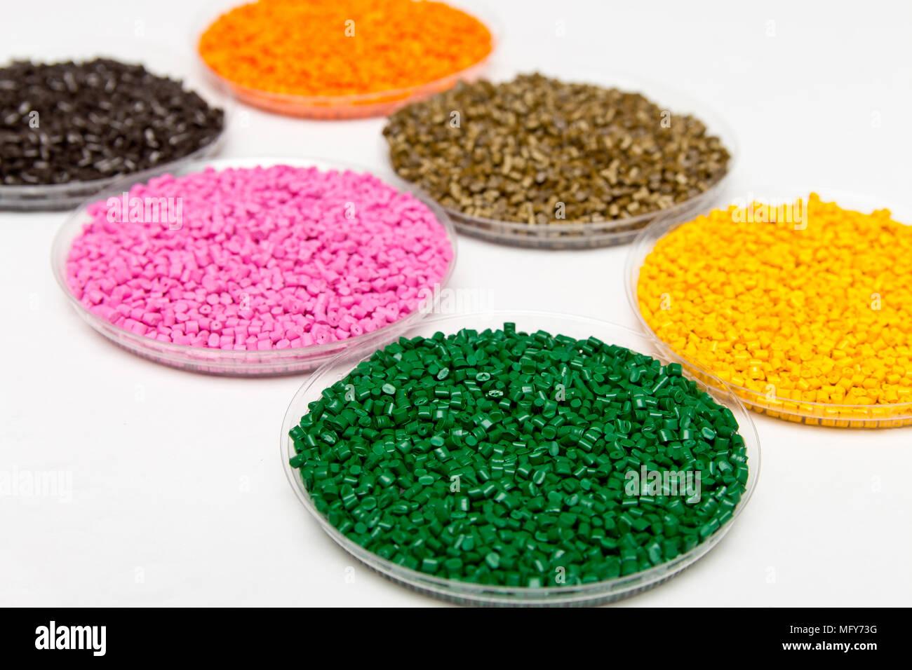 Gránulos de plástico .colorante polimérico в gránulos. El reciclaje ...