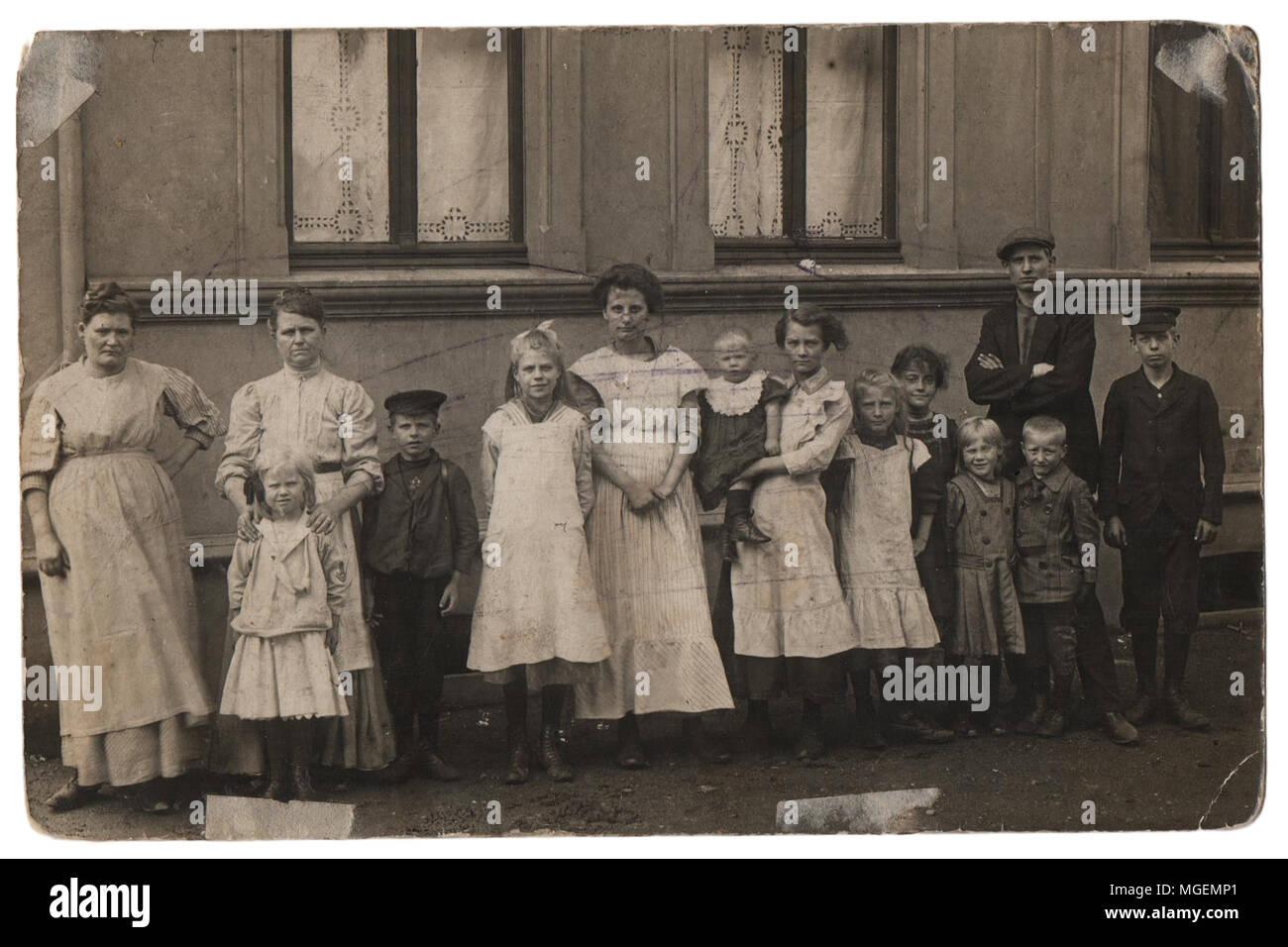 Antigua Familia Foto En Blanco Y Negro Los Padres Con Once Hijos En