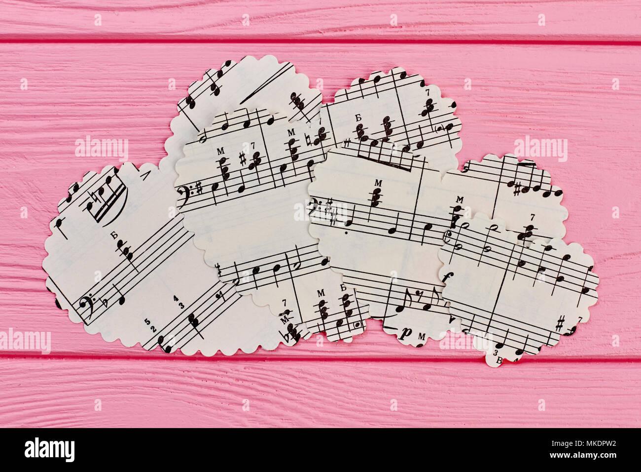 Figuritas De Papel En Forma De Corazón Con Notas Musicales
