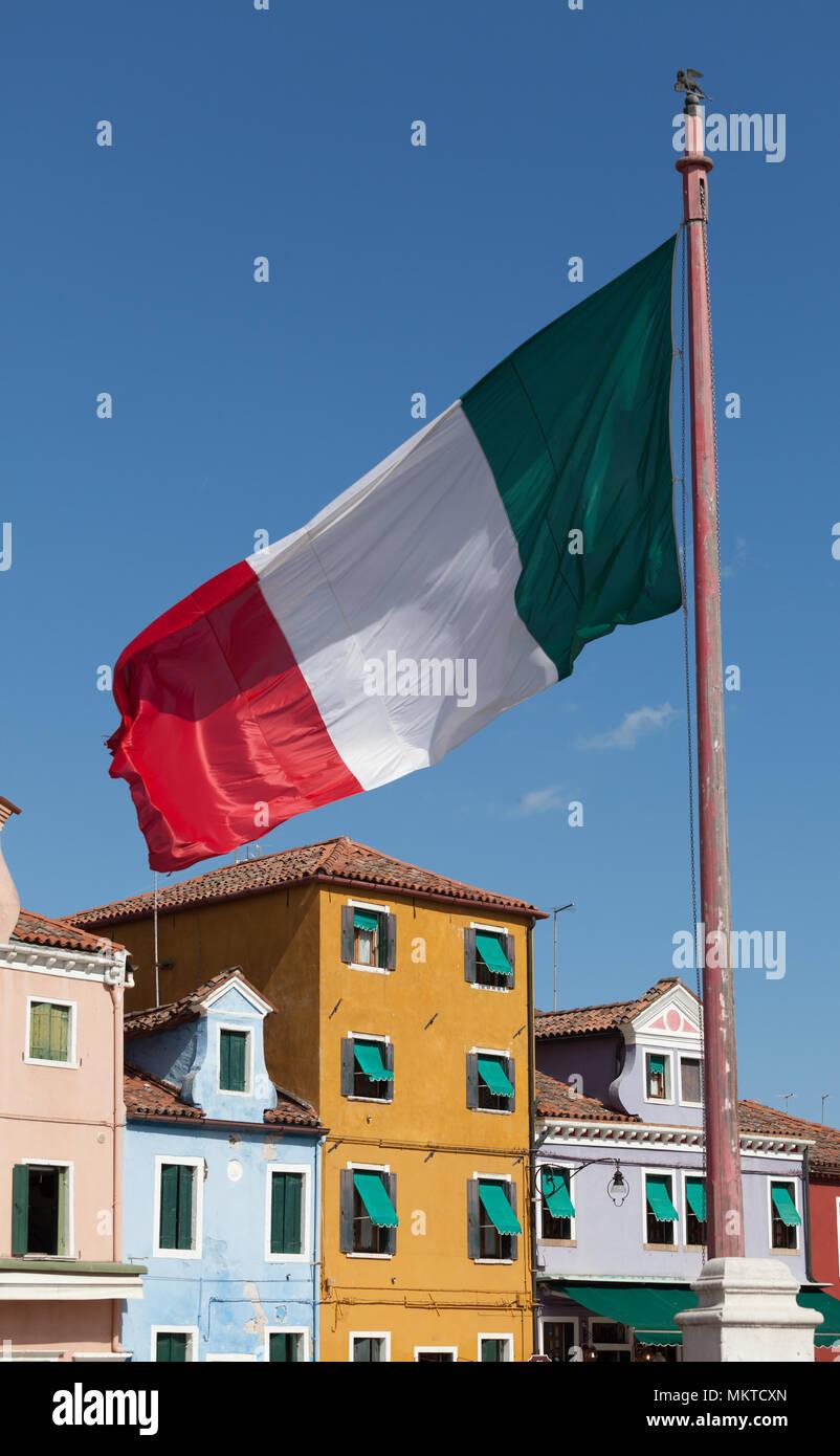 Bandera nacional italiana tradicional con fachada colorida for Fachada tradicional