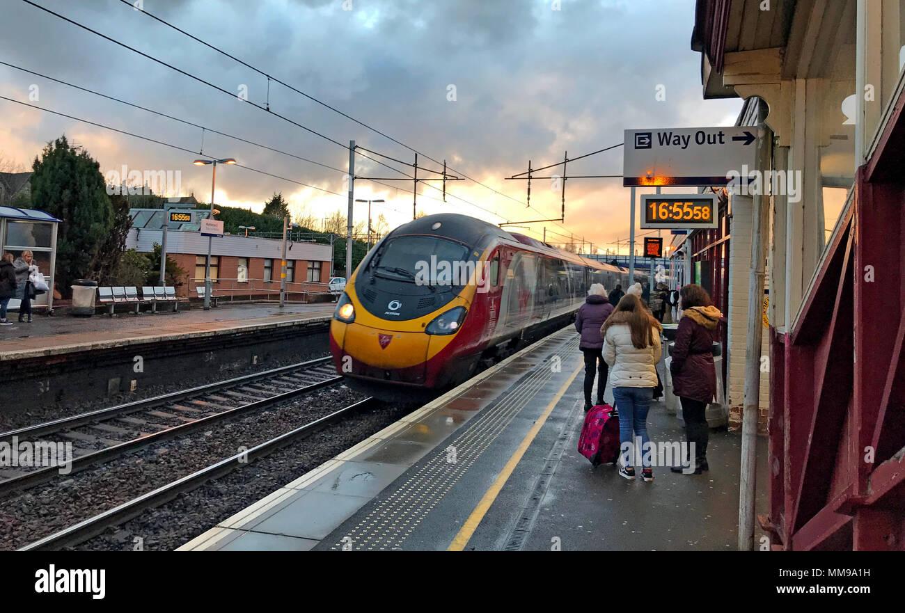 GoTonysmith,@HotpixUK,train,sunset,platform,Lanarkshire,passenger,tilting,British
