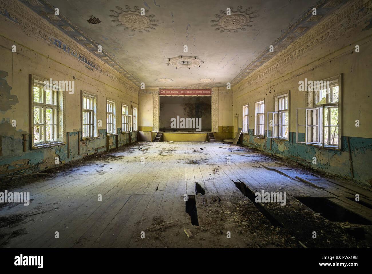 Chistes - Página 20 Vista-desde-el-interior-de-un-teatro-abandonado-en-chernobyl-ucrania-pwx19b