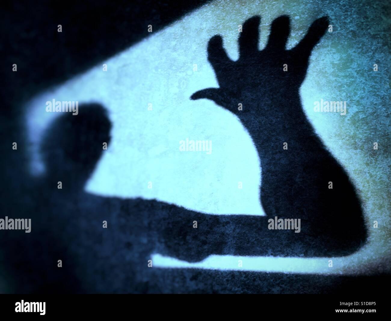 Figura sombreada haciendo un grab. Imagen conceptual del miedo a lo desconocido Imagen De Stock