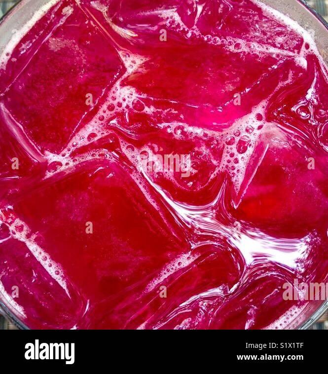 Close-up de arándano rojo de cóctel con cubitos de hielo. Imagen De Stock