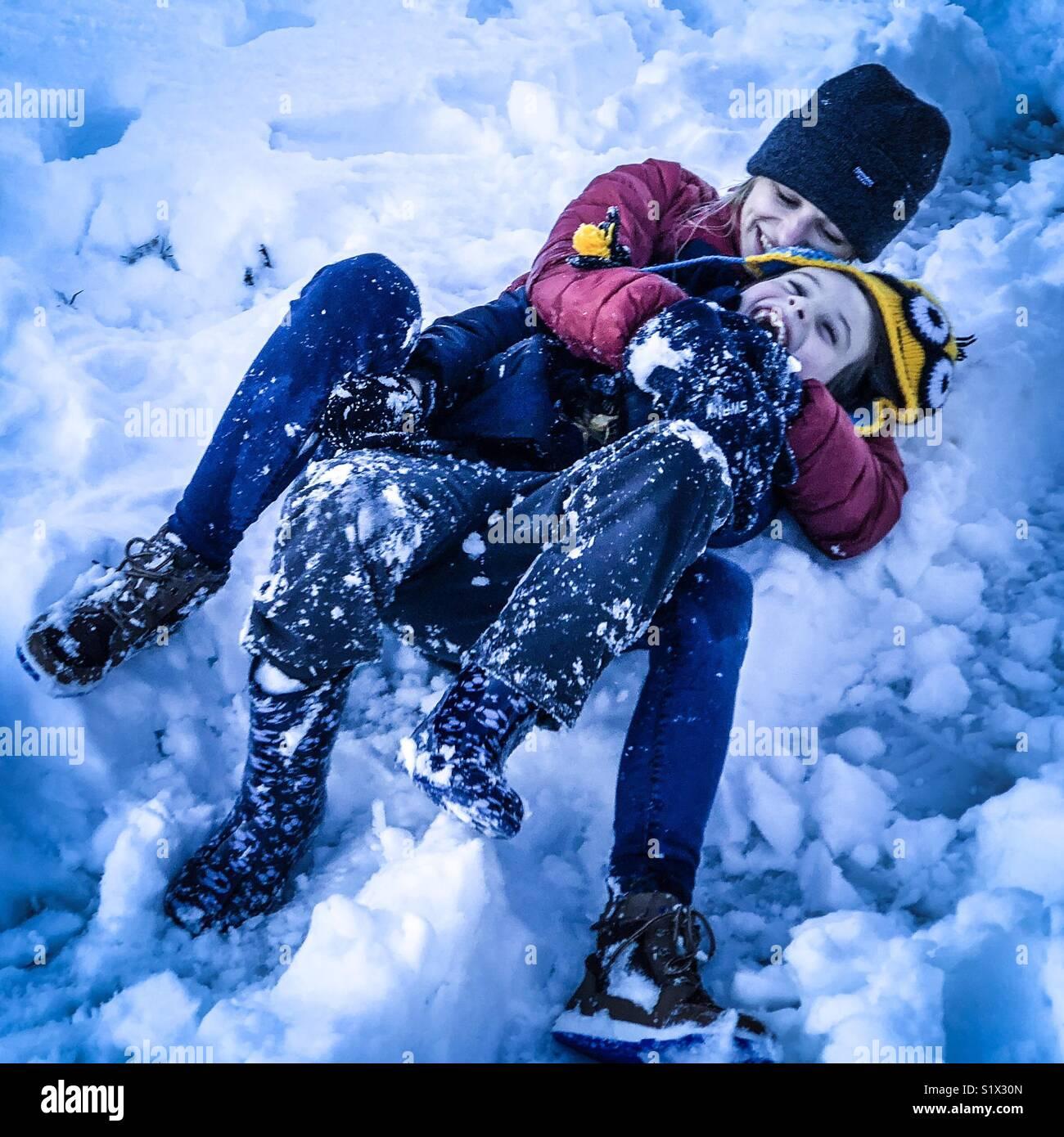 La madre y el niño en la nieve Imagen De Stock