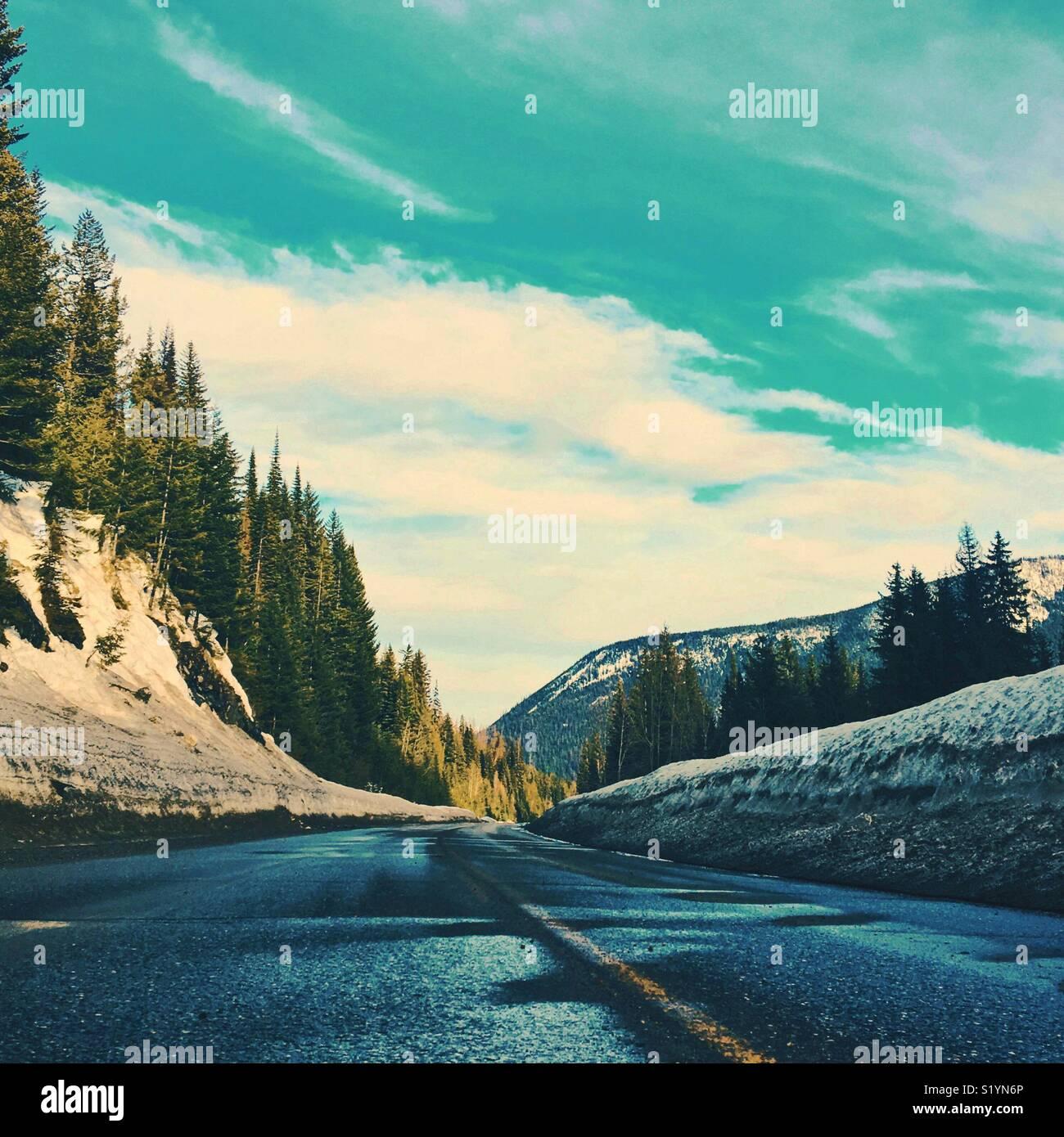 Autopista vacía en un soleado día de invierno. Recortar cuadrados. Espacio para copiar. Imagen De Stock
