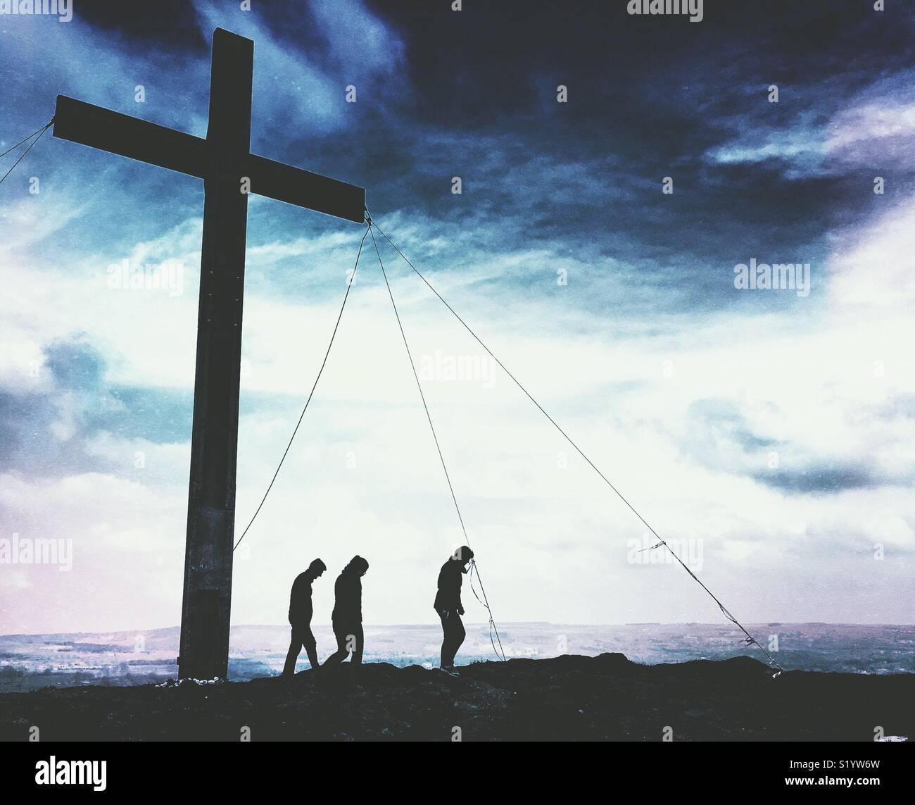 Silueta de gente estaba cerca de una gran cruz de Pascua Imagen De Stock