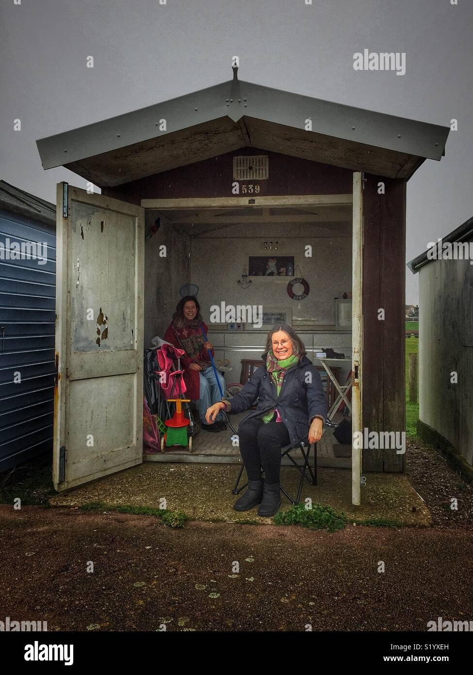 Dos mujeres en una cabaña en la playa Imagen De Stock