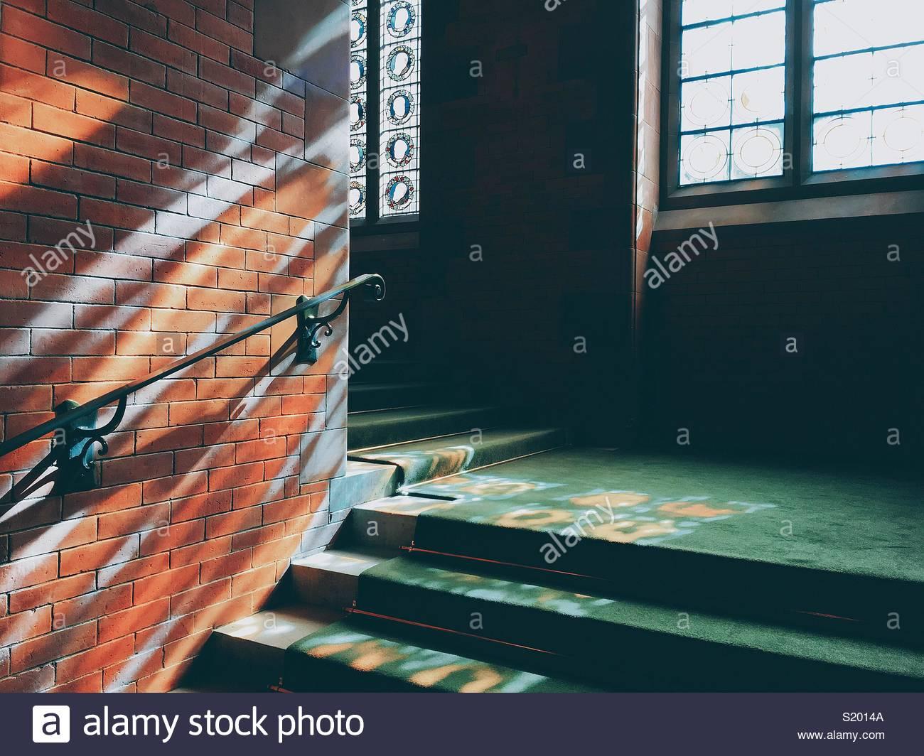Ventanas coloridas luces en las escaleras. Imagen De Stock