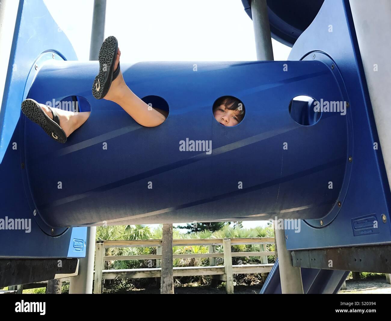 Niño jugando en un parque en el túnel Imagen De Stock