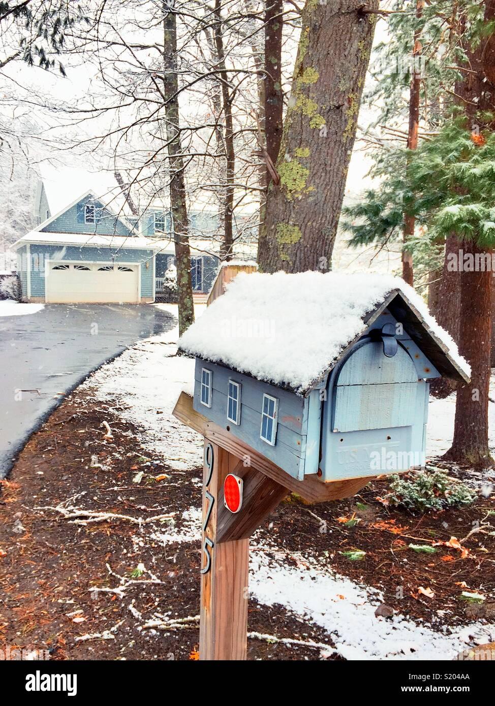 Pintoresca escena de invierno de casa de lujo de Nueva Inglaterra suburbana en el buzón después de Nevada, EE.UU. Imagen De Stock