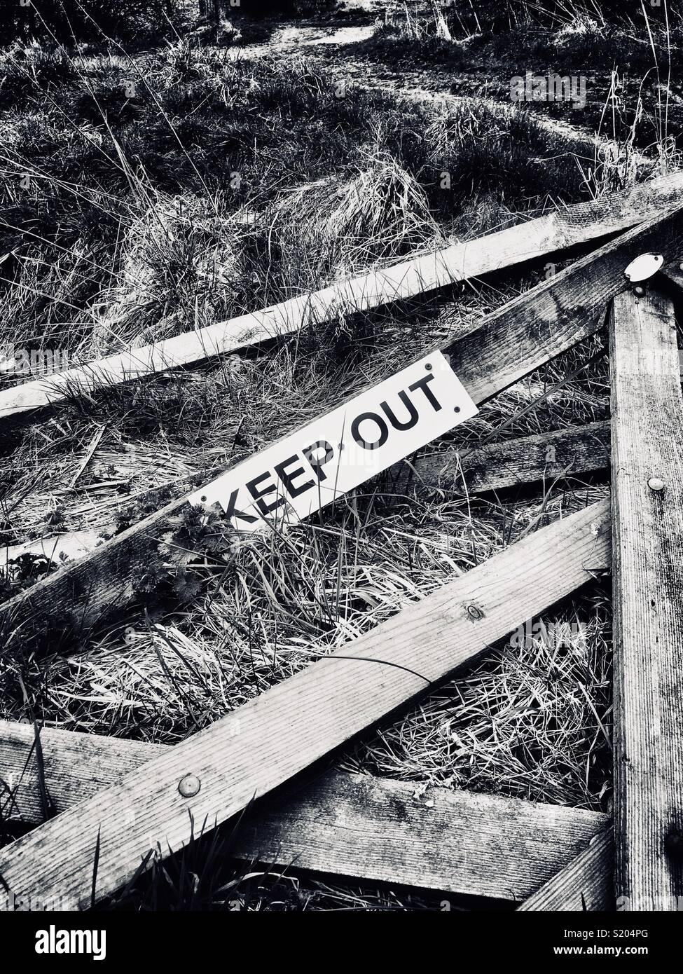 Puerta de madera roto en tierras de cultivo con mantener fuera signo adjunta Imagen De Stock
