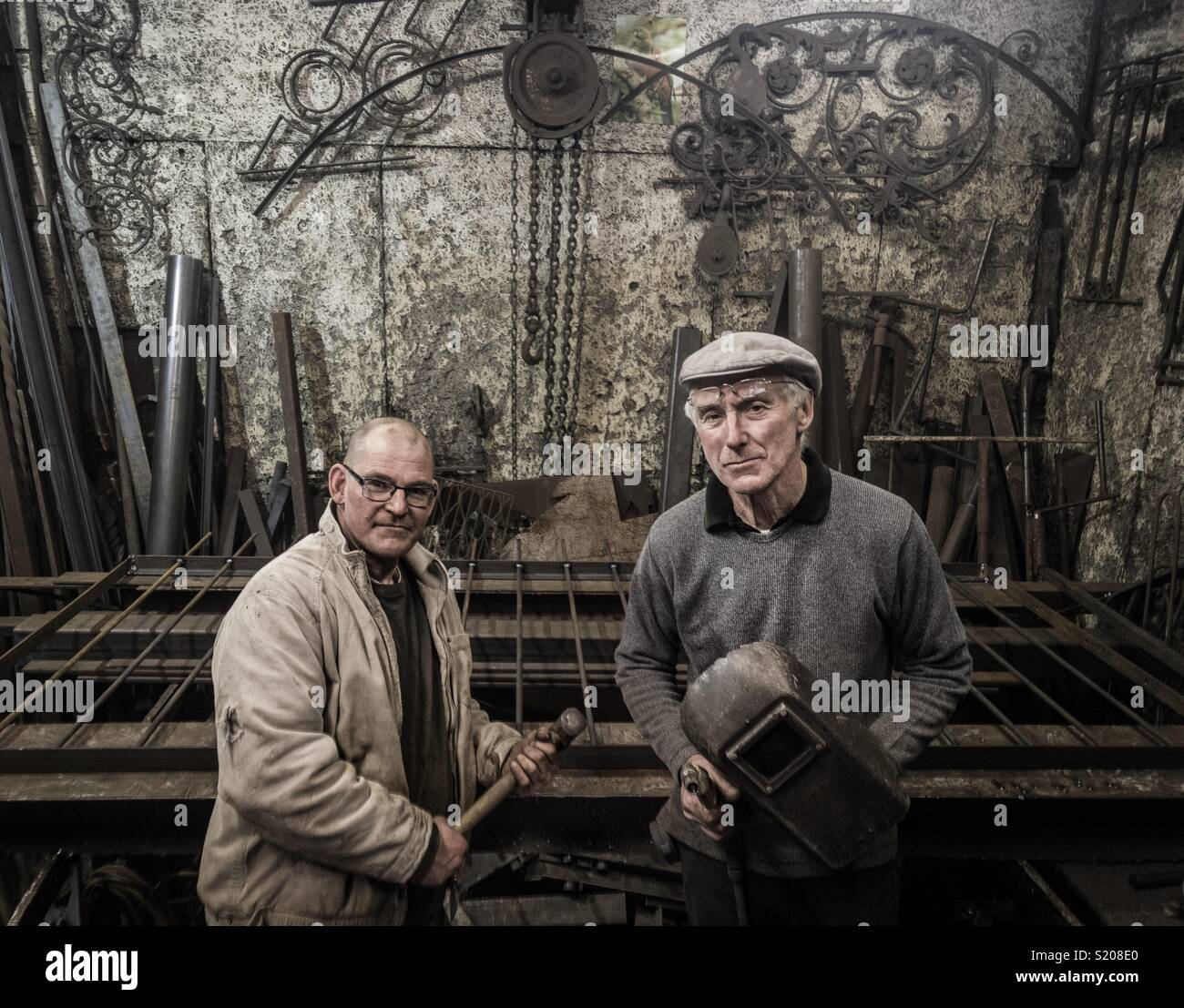 Peter Clutterbuck, Diseñador Herrero y uno de su equipo en su taller de Southsea Imagen De Stock