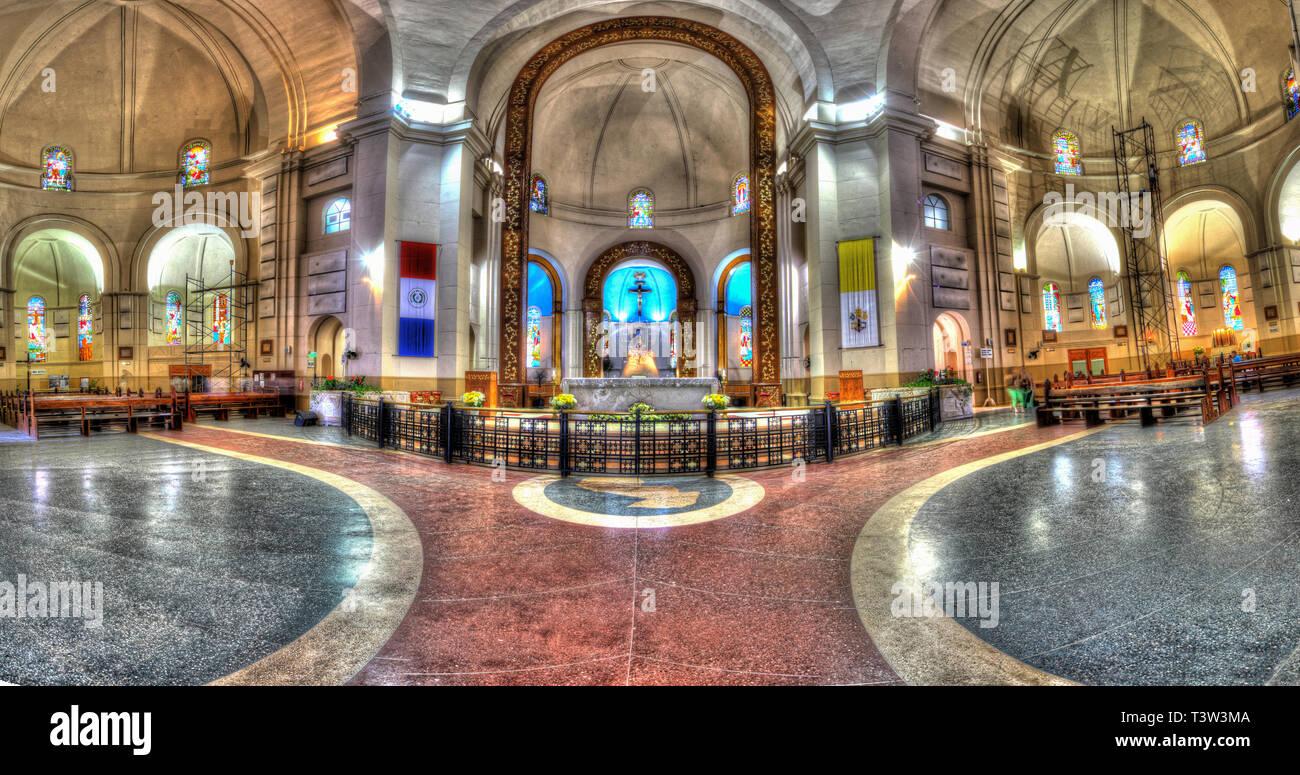 Panorama vertical al interior de la Catedral Basílica de la Virgen de los Milagros en Caacupe-Paraguay. Foto de stock