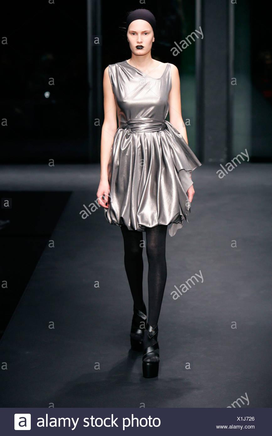 Vestido negro con zapato plateado