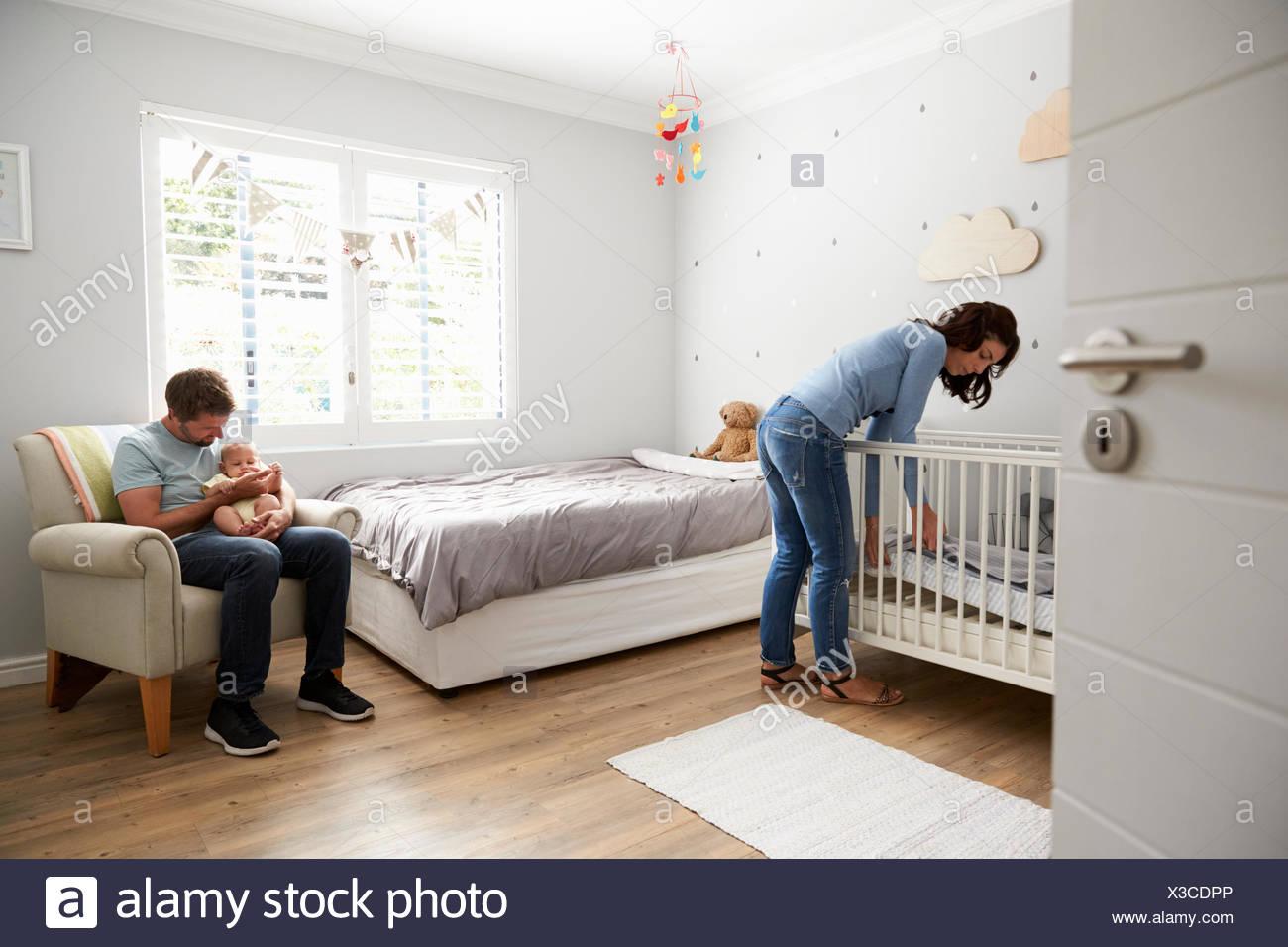 Madre Que Componen La Cama En Vivero Cuna Para Recien Nacido Hijo - Cunas-recien-nacidos