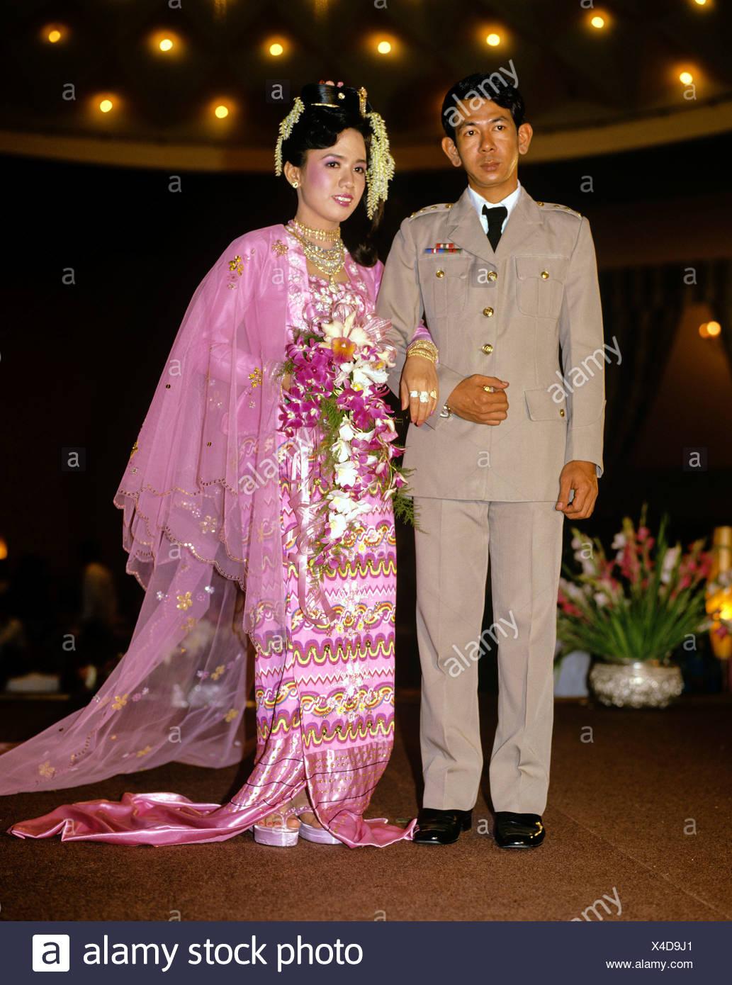 Pareja nupcial, el novio que vestía uniforme militar, novia vestidos ...