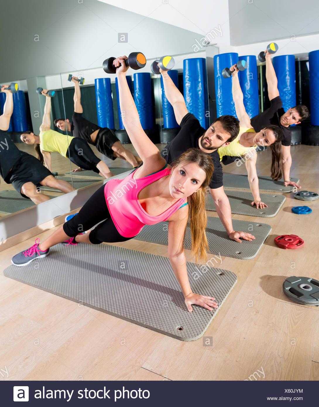 Circuito Funcional : Pesa push up grupo funcional del circuito de entrenamiento en el
