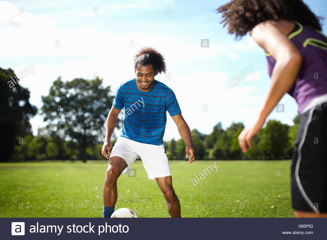 Pareja Joven Jugar Futbol Juntos En El Parque Foto Imagen De Stock