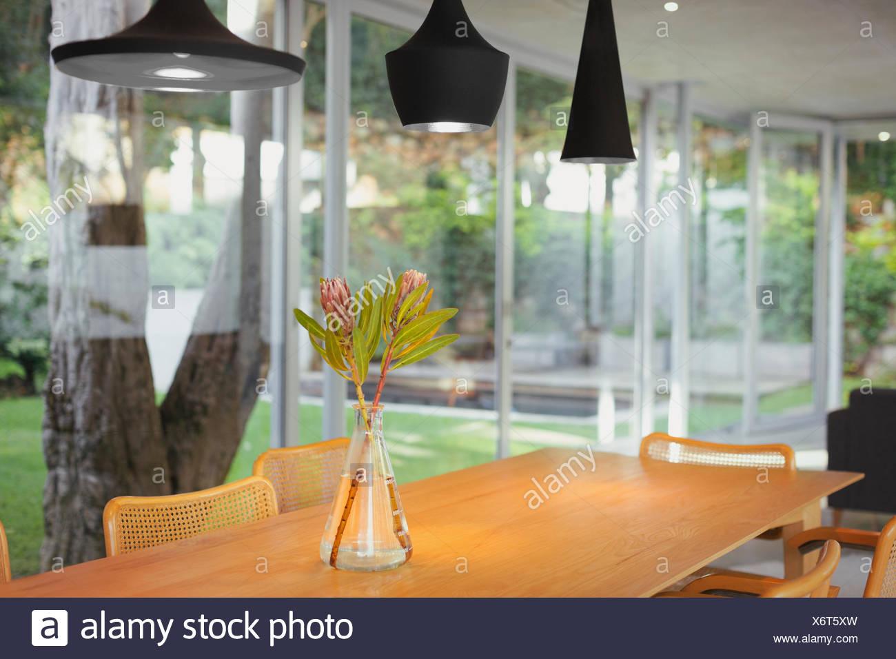 Las lámparas colgantes negros modernos colgando sobre bouquet en ...