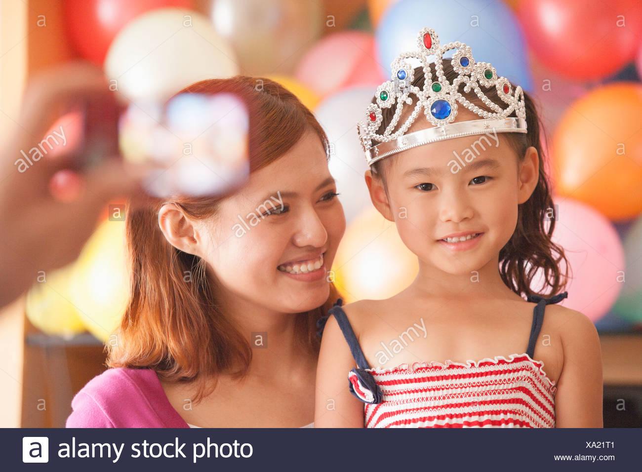 Madre E Hija Tener Su Fotografia Tomada En El Cumpleanos De Su Hija
