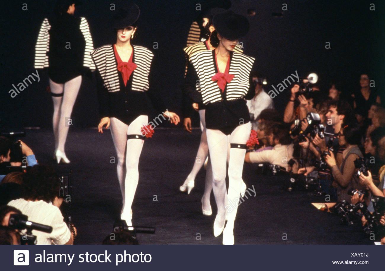 Sonia Rykiel Verano París Grupo de modelos vistiendo sombreros negros y  rayas en blanco y negro sobre rojo negro Blusas Chaquetas de punto e43e7746304