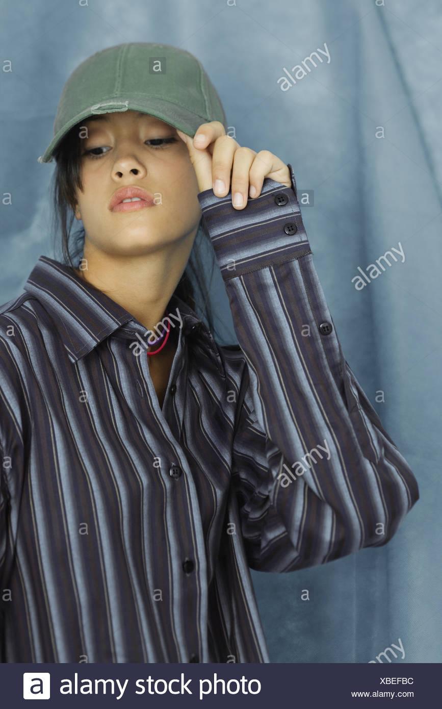 Adolescente vistiendo gran botón abajo camisa y gorra de béisbol ... d6ed24baa7a