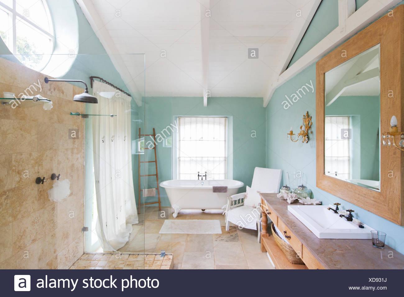 Bañera y ducha en el cuarto de baño rústico Foto & Imagen De Stock ...