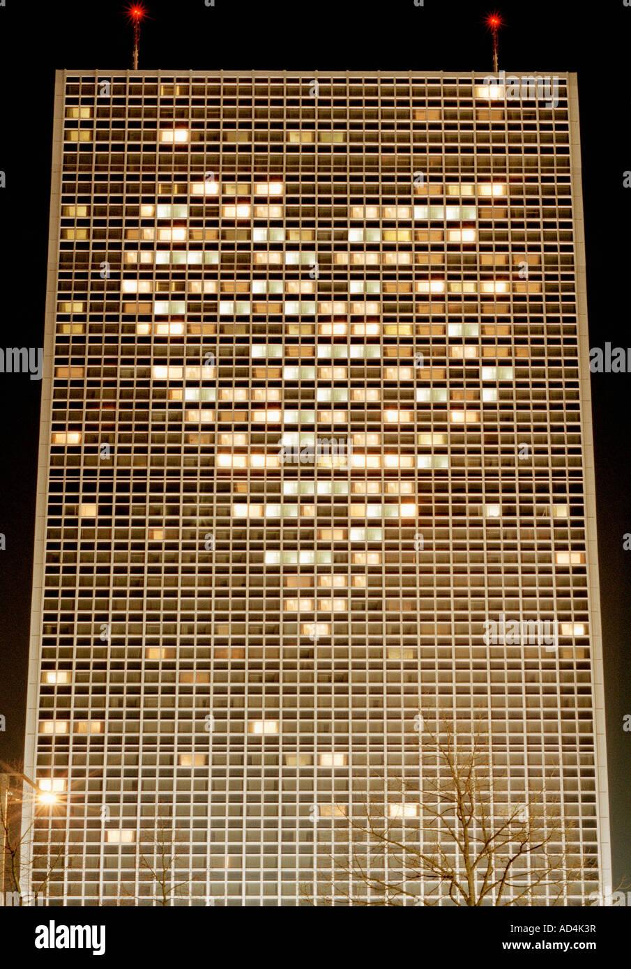 Haut bâtiment éclairé avec des lumières disposées en forme de coeur Photo Stock