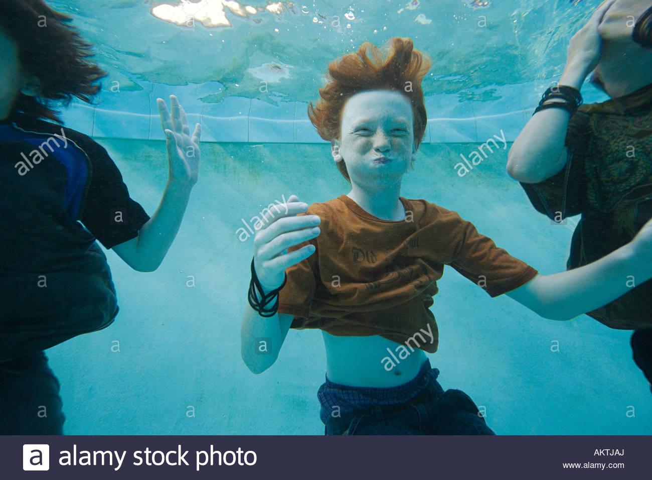 Les garçons nager sous l'eau Photo Stock