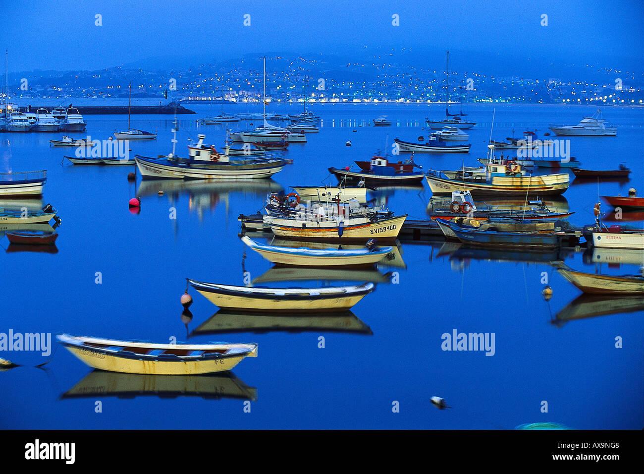 Bateaux de pêche dans le port de nuit, Ria de Baiona, Pontevedra, Galice, Espagne Photo Stock
