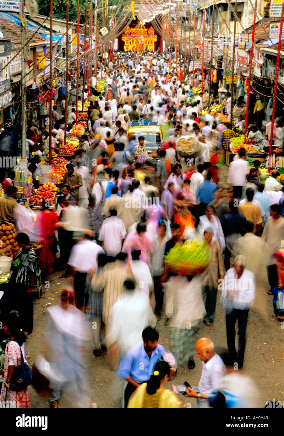 L'inimaginable buzz de l'ouest de la rue du marché dadar Mumbai en ébullition la foule des acheteurs Photo Stock