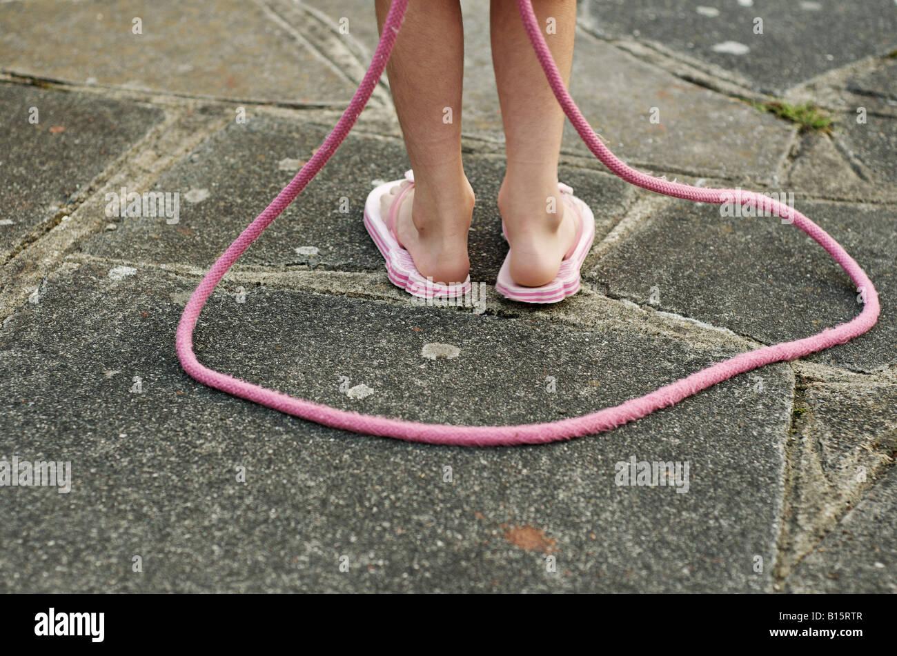 Enfant avec corde à sauter rose Photo Stock