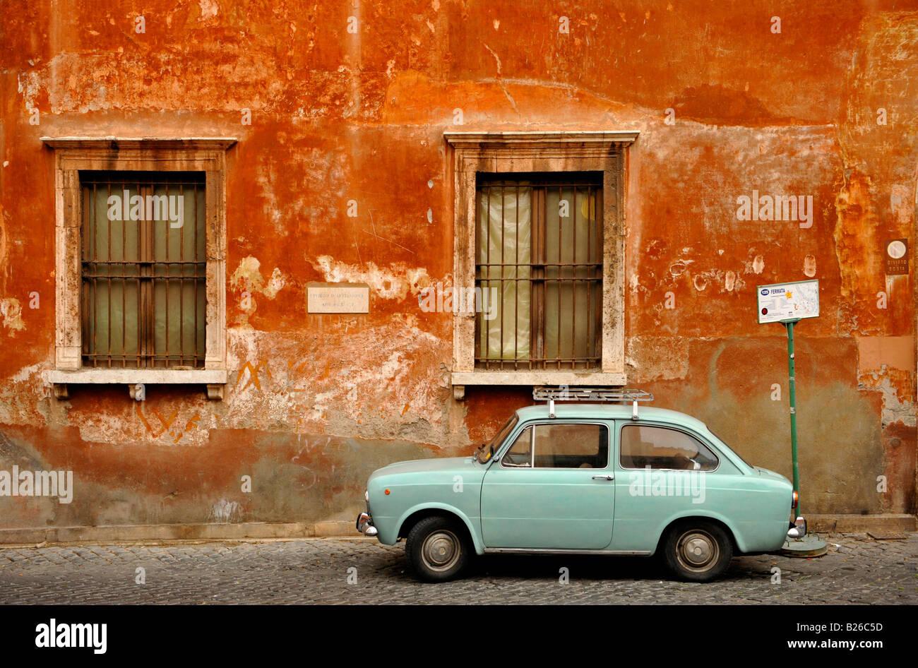 Mur de chambre avec une Fiat 850 à l'avant, le Trastevere, Rome, Italie Photo Stock