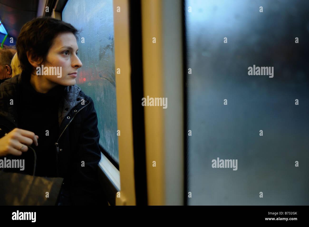 Les passagers d'un bus éclairé par la lumière bleue près d'Edimbourg en Ecosse Photo Stock