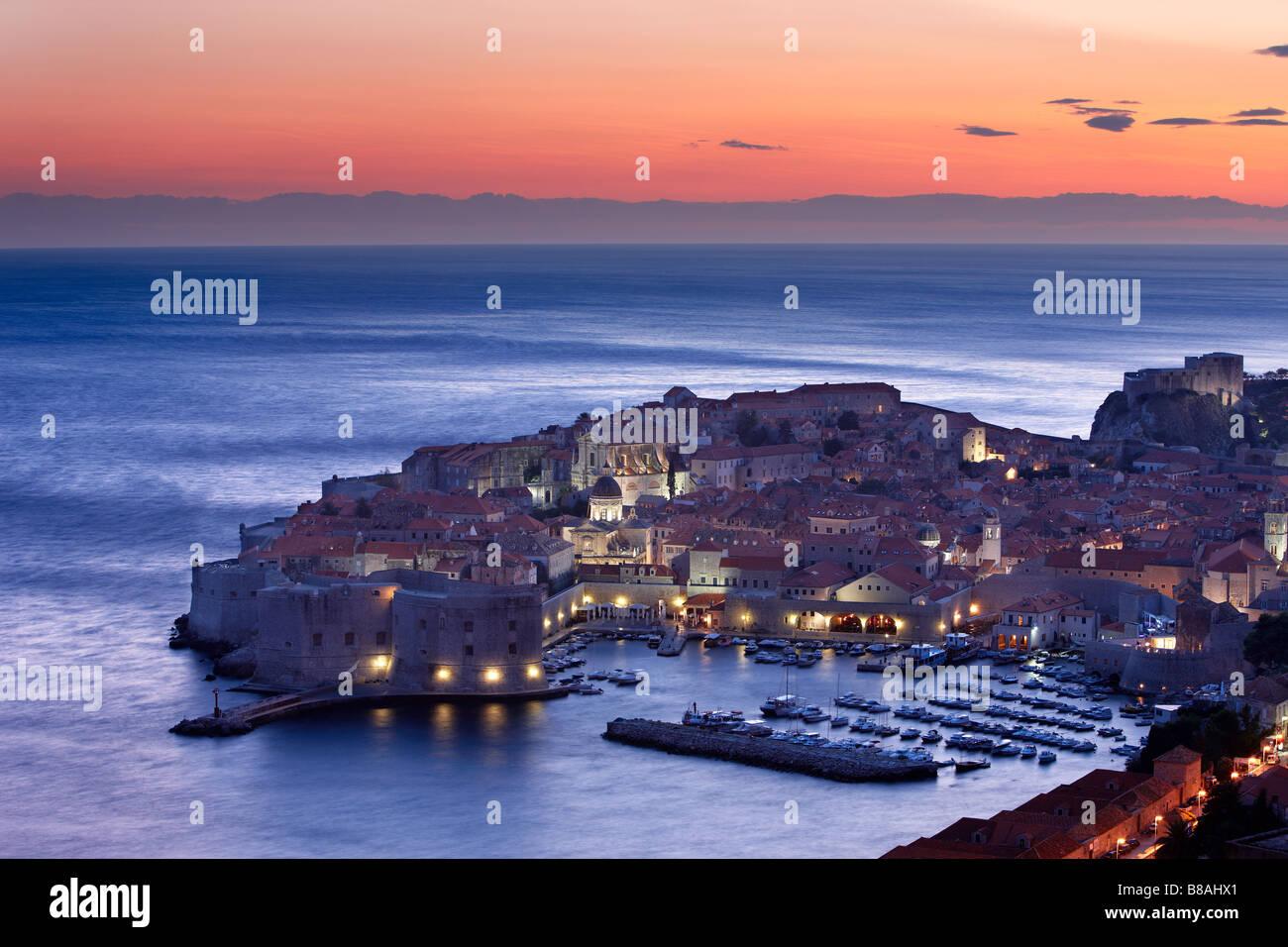 Le port de la vieille ville de Dubrovnik Croatie Dalmatie crépuscule Photo Stock