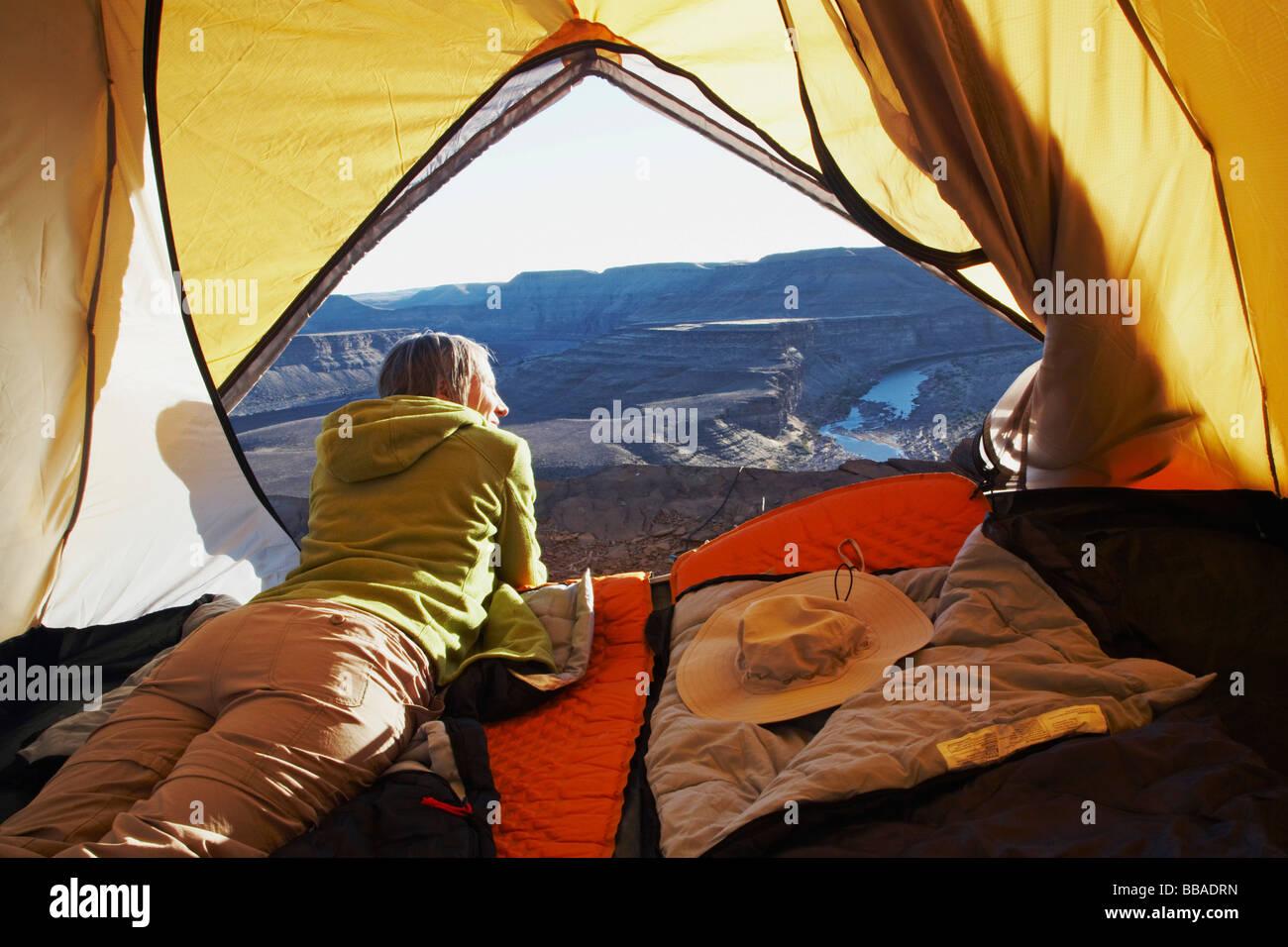Une femme couchée dans une tente, Horse Shoe Bend, Fish River Canyon, Namibie Photo Stock