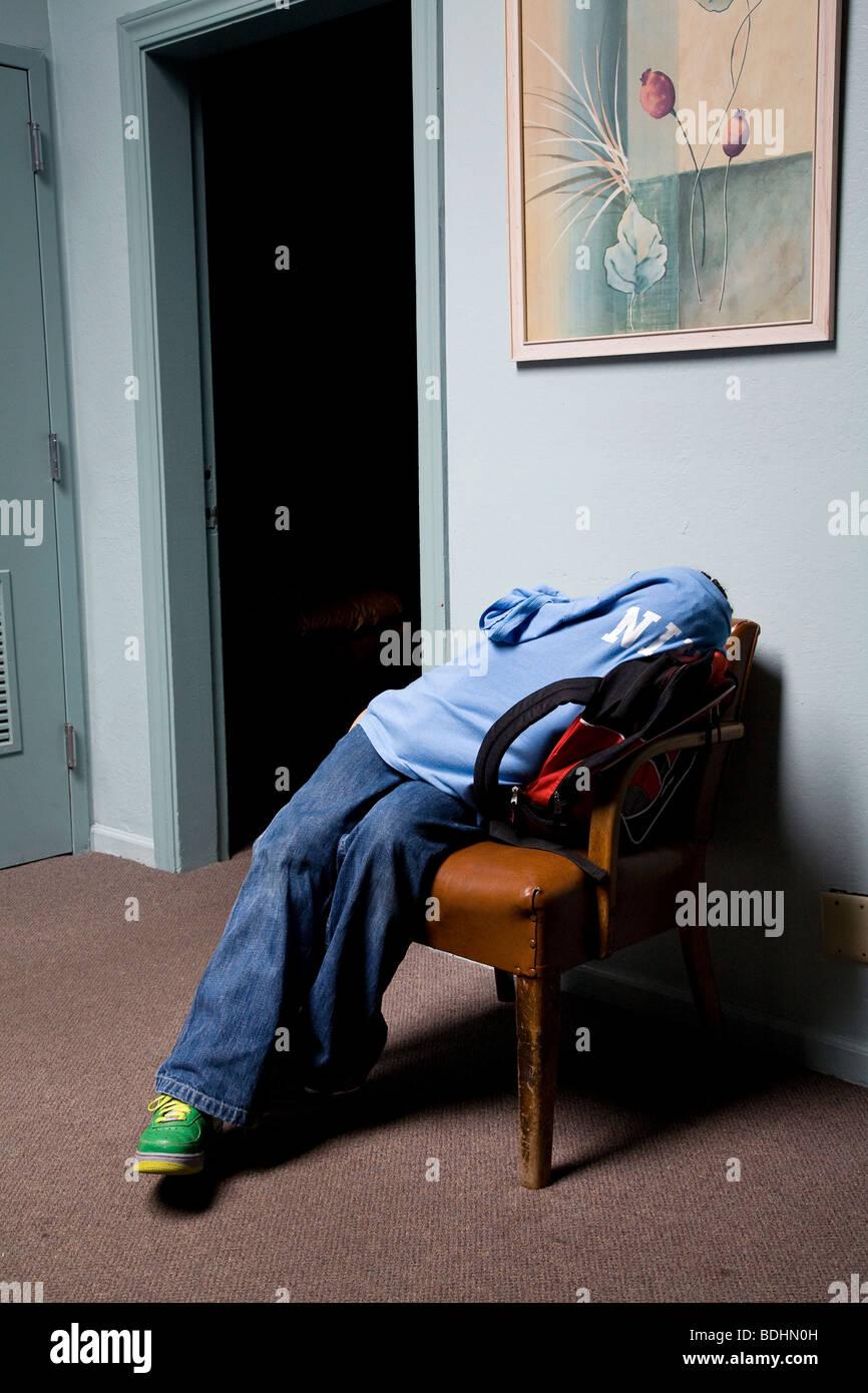 Selena Pina, une mère de quatre sans-abri, les signes à des services à l'Maryhouse à Sacramento, Photo Stock