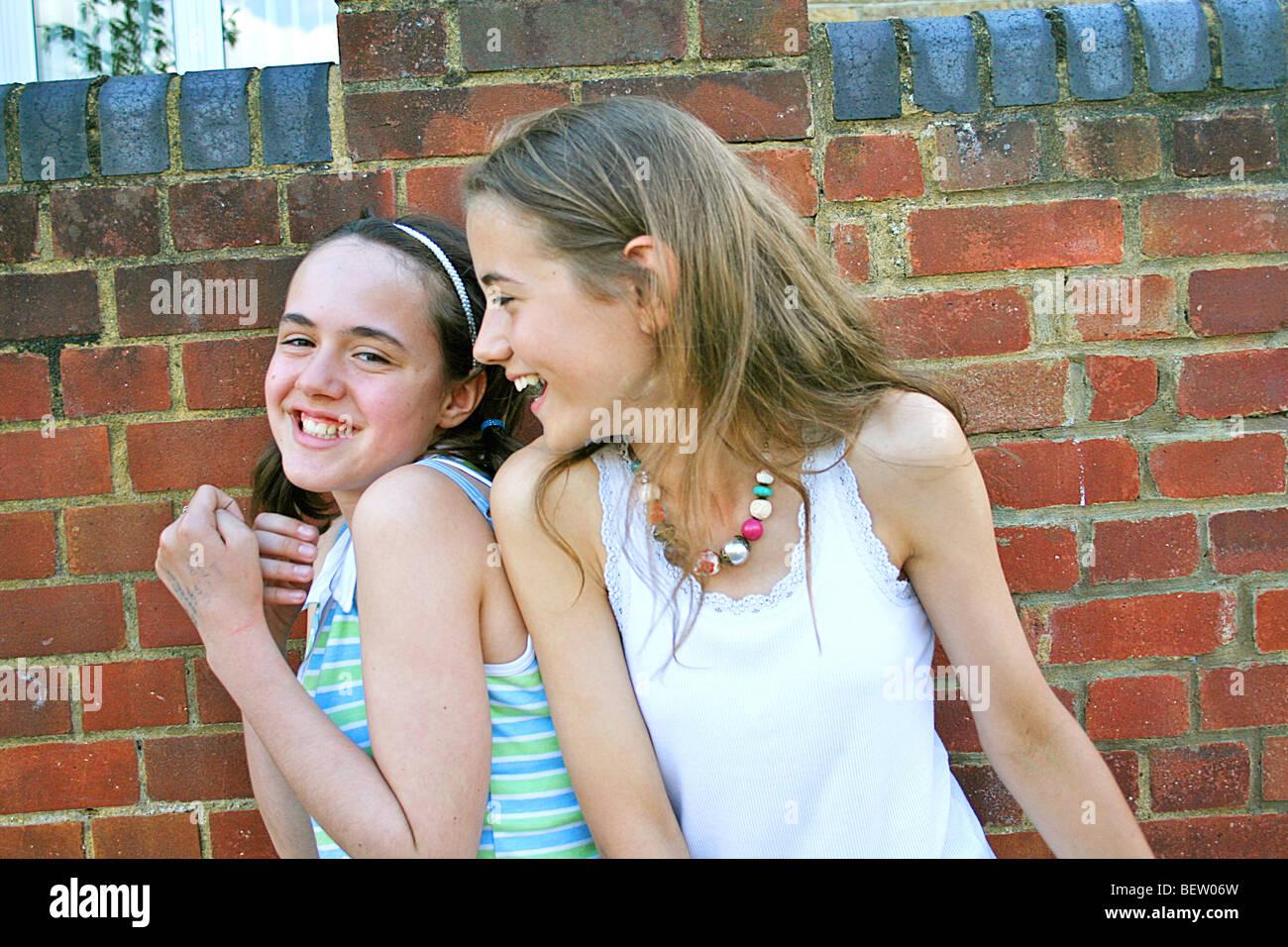 Deux filles larking autour et en s'amusant Photo Stock