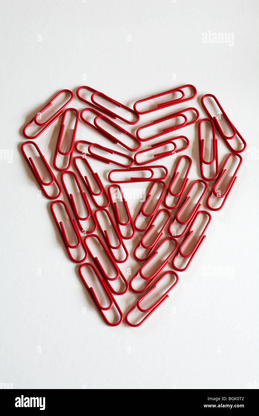 Concept office romance - coeur de papier rouge clips, trombones, isolé sur fond blanc Photo Stock