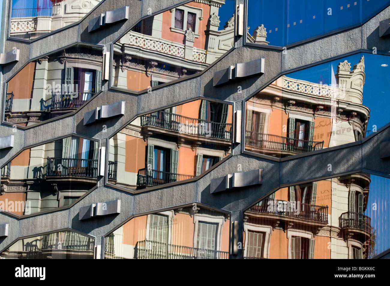 Nouveaux et anciens bâtiments' réflexion sur la Plaça de Catalunya, Barcelone, Urquinaona, Espagne Photo Stock