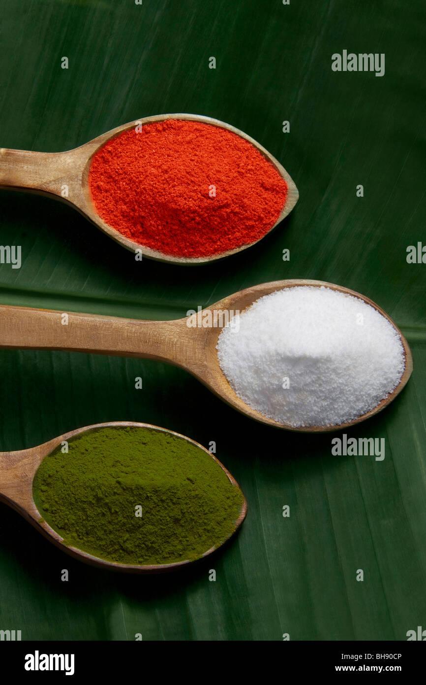 Les épices dans des cuillères en bois Photo Stock