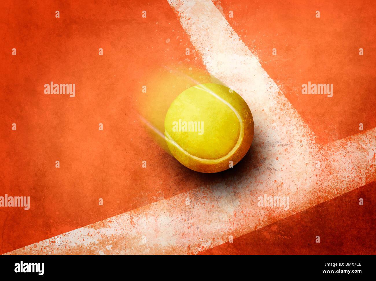 Balle de tennis à l'angle de la ligne de champ au sol rouge Photo Stock