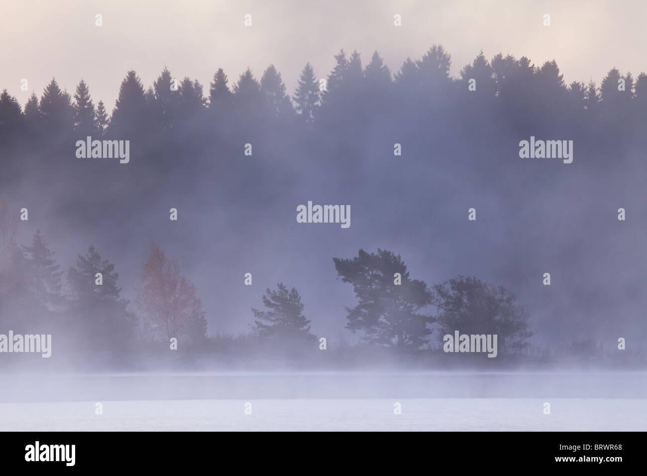 Brume matinale après une nuit glaciale dans le lac Vansjø, Østfold fylke, la Norvège. Photo Stock