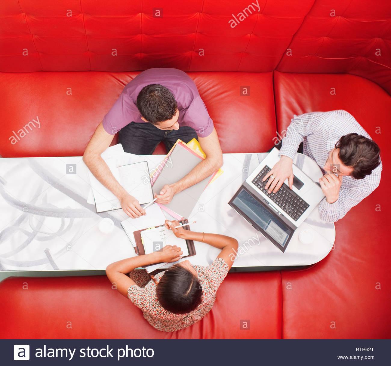 Les gens assis sur le stand d'une réunion Photo Stock