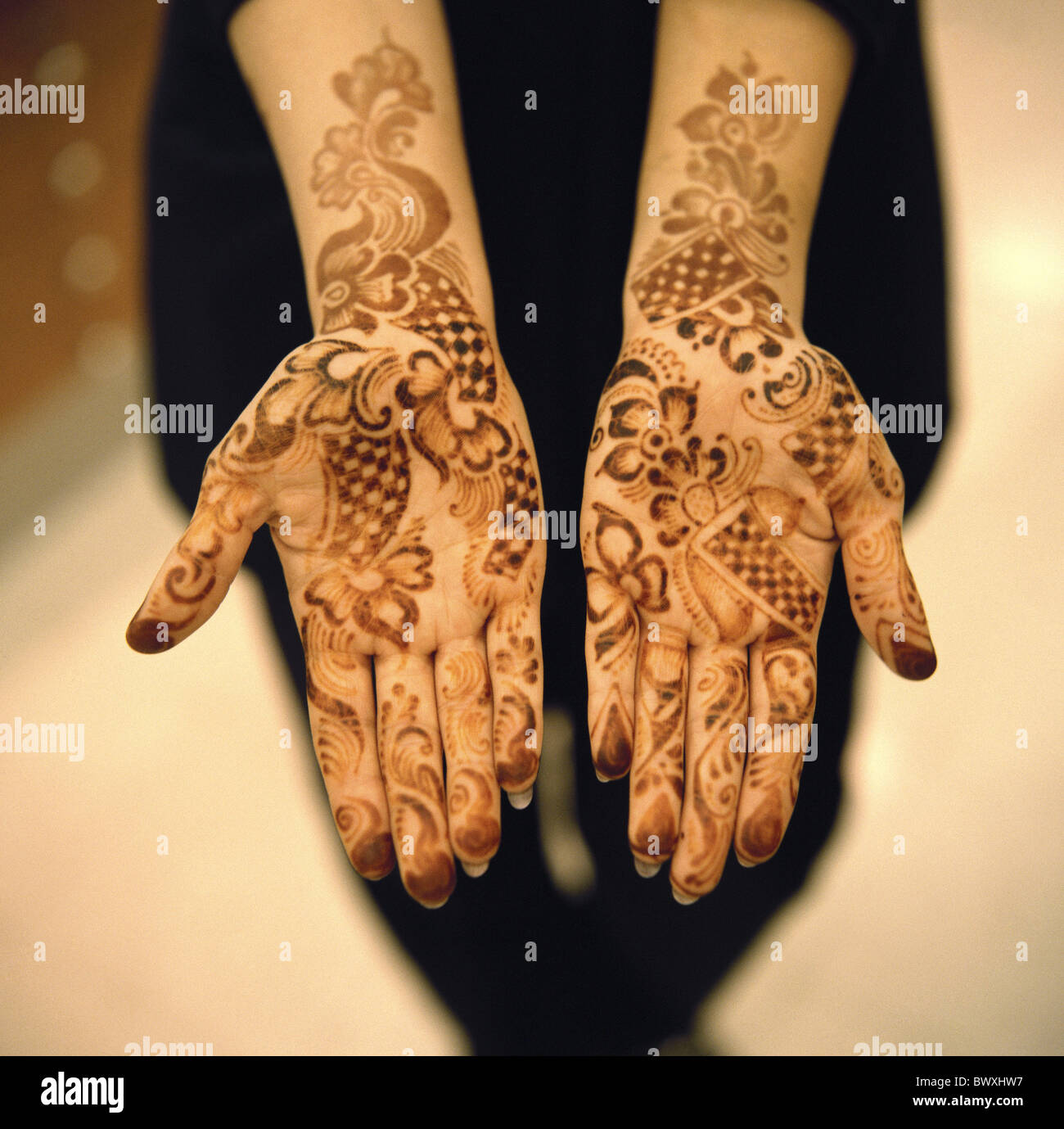 Bahreïn 10331604 peint main femme henna motif vie close-up échantillon tattoo ornements Photo Stock