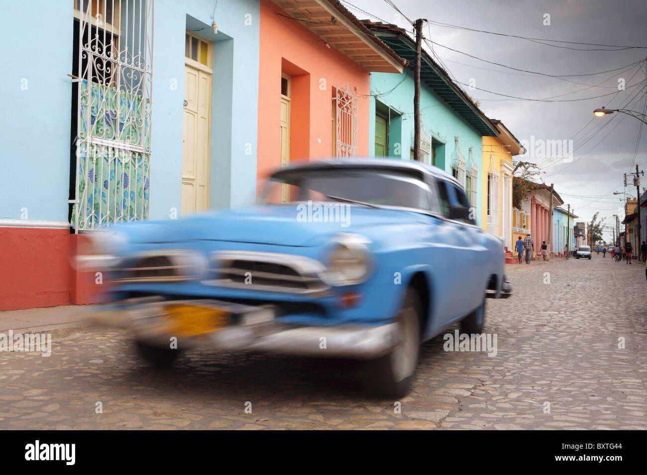 TRINIDAD: VOITURE DE COLLECTION SUR LA RUE COLONIALE colorée Photo Stock
