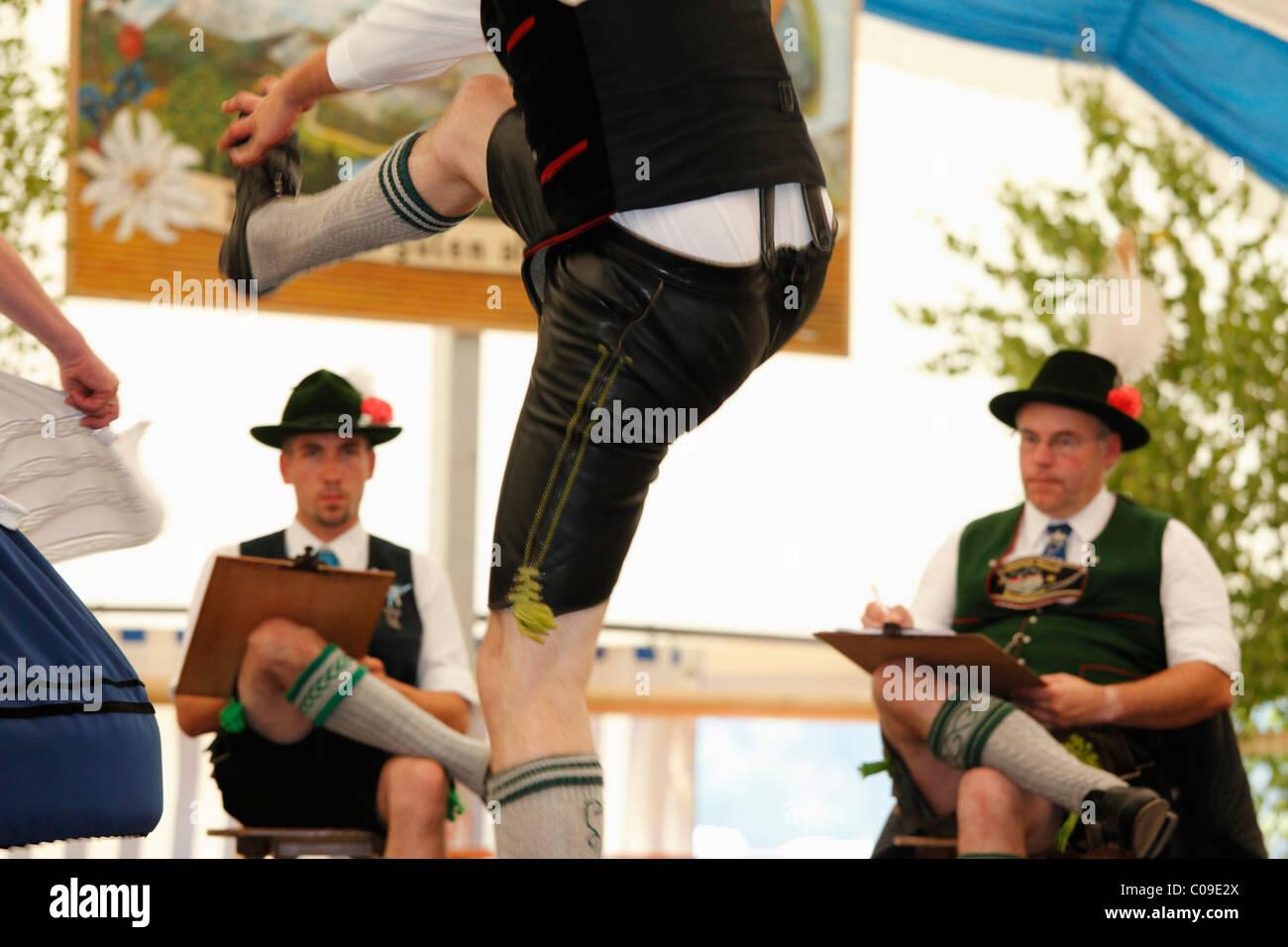 Schuhplattler, danseur traditionnel, 83e Loisachgaufest à Neufahrn, près de Egling, Haute-Bavière, Photo Stock