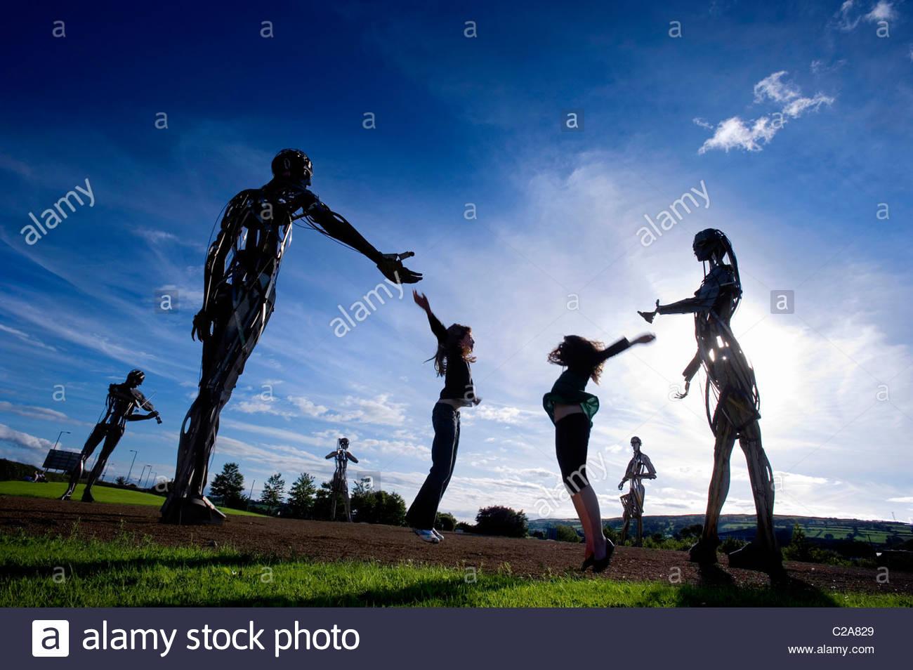 Enfants jouant à une sculpture d'art public dans Strabane, Ulster. Photo Stock